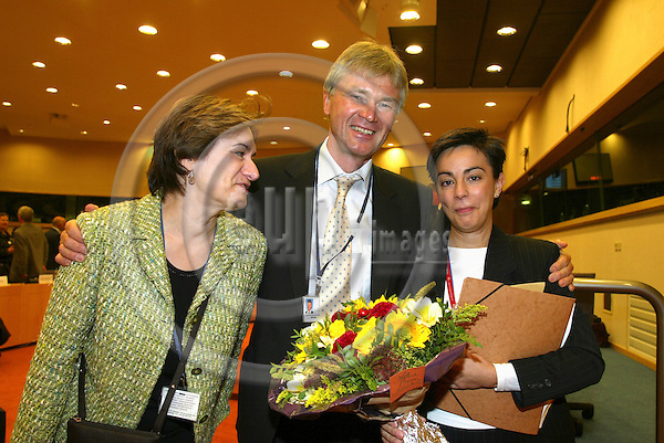 BRUSSELS - BELGIUM - 17 OCTOBER 2006 -- Conference: ? Working time and work-life balance:.A policy dilemma??  --  Jorma KARPPINEN (M), Director, European Foundation for the improvement of living and working conditions (EUROFOUND) hands over flowers to Yolanda TORRES (R), Parliamentary Researcher to MEP Alejandro Cercas, together with Sylvie JACQUET (R), the Foundations Brussels Liason Officer, at the end of the conference.   PHOTO: ERIK LUNTANG / EUP-IMAGES
