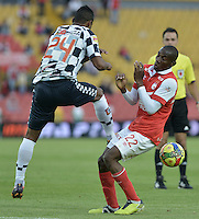 BOGOTÁ -COLOMBIA, 22-03-2014. Dairon Mosquera (Der.) jugador de Independiente Santa Fe disputa el balón con Edwin Avila (Izq.) jugador de Boyaca Chico FC, durante partido por la fecha 12 de la Liga Postobon I-2014, jugado en el estadio Nemesio Camacho El Campin de la ciudad de Bogota. / Dairon Mosquera (R) jugador of Independiente Santa Fe vies for the ball with Edwin Avila (L) player of Boyaca Chico FC during a match for the 12th date of the Liga Postobon I-2014 at the Nemesio Camacho El Campin Stadium in Bogota city. Photo: VizzorImage/ Gabriel Aponte / Staff