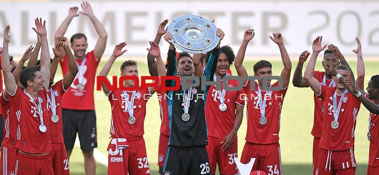 27.06.2020, Fussball: nph00001 1. Bundesliga 2019/2020, 34. Spieltag, VfL Wolfsburg - FC Bayern Muenchen, in der Volkswagen-Arena Wolfsburg. Siegerehrung nach dem Spiel: Der FC Bayern MŸnchen feiert den Gewinn der 30. Deutschen Meisterschaft. Torwart Sven Ulreich (mi., Bayern MŸnchen) mit der Schale<br /><br />Foto: Bernd Feil/M.i.S./ /Pool/nordphoto<br /><br />Nur fŸr journalistische Zwecke! Only for editorial use! <br /><br />GemŠ§ den Vorgaben der DFL Deutsche Fussball: nph00001 Liga ist es untersagt, in dem Stadion und/oder vom Spiel angefertigte Fotoaufnahmen in Form von Sequenzbildern und/oder videoŠhnlichen Fotostrecken zu verwerten bzw. verwerten zu lassen. DFL regulations prohibit any use of photographs as image sequences and/or quasi-video.    <br /><br />National and international NewsAgencies OUT.