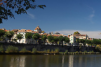 Riviere Le Lot dessine une boucle autour de la cite medieval de Cahors.<br /> River the Batch draws a loop around quotes medieval of Cahors.