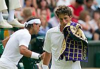 24-06-10, Tennis, England, Wimbledon, Robin Haase loopt naar zijn helft  Rafael Nadal op de achtergrond ook