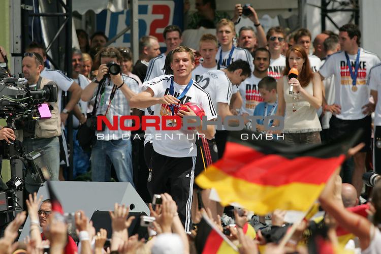 FIFA WM 2006 - Feature Fanmeile Berlin<br /> Verabschiedung der Deutschen Nationalmannschaft.<br /> Supporters from Germany celebrate the german national team (Lukas Podolski) at Brandenburger Tor in Berlin after the World Cup.<br /> Foto &copy; nordphoto