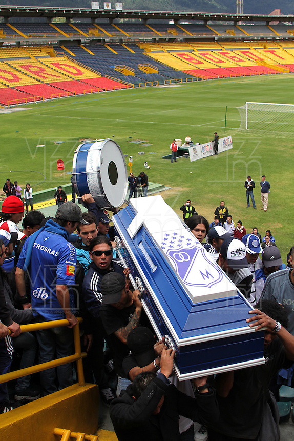 BOGOTA -COLOMBIA, 25-06-2013. Oscar Sandino hincha del equipo Los Millonarios asesinado en inmediaciones del estadio Pascual Guerrero de Cali , fu&eacute; homenajeado por sus compa&ntilde;eros en el  estadio El Camp&iacute;n de la capital. Oscar Sandino fan of the team killed in nearby Los Millonarios Pascual Guerrero stadium in Cali, was honored by his peers at the El Campin stadium in the capital.<br />