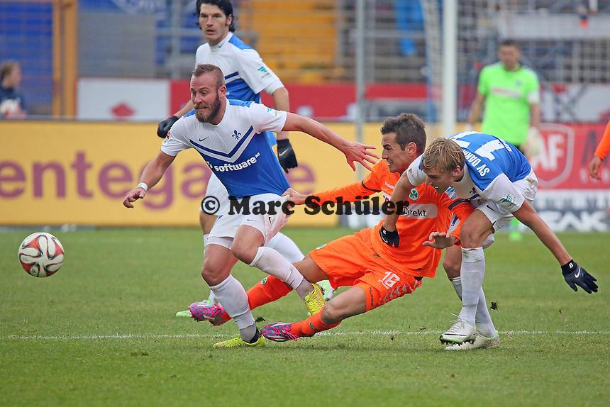Hanno Behrens und Marco Sailer (SV98) gegen Goran Sukalo (Fuerth) - SV Darmstadt 98 vs. SpVgg. Greuther Fuerth, Stadion am Boellenfalltor