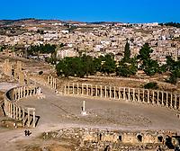 Jordanien, Gouvernement Dscharasch, Gerasa oder Jerasch: das ovale Forum zu Fuessen des Jupitertempels, heute eine Touristenattraktion | Jordan, Jerash Governorate, Jerash: Overview of ruined Roman city with oval forum