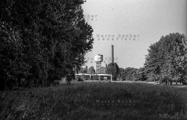 Milano, quartiere Bovisa - Villapizzone, periferia nord. Torre serbatoio AEM e ciminiera sull'area ex gasometri --- Milan, Bovisa - Villapizzone district, north periphery. Water tower and chimney on former gasometer area