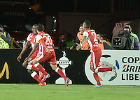 BOGOTÁ-COLOMBIA-20-05-2015. Dairon Mosquera (Izq) jugador de Santa Fe de Colombia celebra el gol anotado a Internacional durante partido de ida entre Independiente Santa Fe de Colombia y Internacional de Porto Alegre, Brasil, por cuartos de final de la Copa Bridgestone Libertadores 2015 jugado en el estadio Nemesio Camacho El Campin de la ciudad de Bogota. / Dairon Mosquera (L) player of Santa Fe celebrates goal scored to Internacional during the first leg match between Independiente Santa Fe of Colombia and Internacional of Porto Alegre, Brazil, for the final quarters of the Copa Bridgestone Libertadores 2015 played at Nemesio Camacho El Campin stadium in Bogota city. Photo: VizzorImage/ Gabriel Aponte /Staff