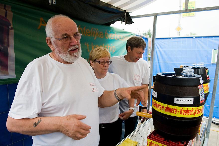 Nederland, Ermelo, 7 aug 2010.Bierfestival Burg Bieren Bierfeest..Brouwerij 't Koelschip is ook van de partij, met 3 mooie biertjes van de tap en het allersterkste bier ter wereld...Foto Michiel Wijnbergh..Burg Bier Beer Festival  .Brouwerij 't Koelschip is also present, with three fine beers on tap and the strongest beer in the world..
