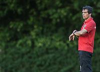 SAO PAULO, SP, 05.07.2013 - Treino Sao Paulo FC - Milton Cruz treinador interino  do São Paulo durante sessão de treinamento da equipe no Centro de Treinamento da Barra Funda na região oeste de São Paulo, nesta sexta-feira, 05. (Foto: William Volcov / Brazil Photo Press).