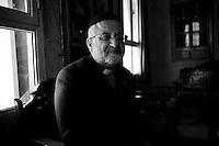 Gabriel Akyuz est le prêtre de l'Eglise orthodoxe syriaque de Mardin depuis 29 ans.  Non loin de là, réside son supérieur, le Métropolitain, au monastaire de Deir Az Zafaran. Le patriarche, lui, est à Damas en Syrie. Il explique que les communautés chrétiennes et musulmanes (turques, kurdes et arabes) vivent aujourd'hui en paix au Kurdistan de Turquie. Selon lui, les relations sont bonnes aussi avec l'Etat central. Il y a quelques jours, deux dignitaires qui se rendaient à Damas depuis la Turquie ont été enlevé à la frontière syrienne, il les connait bien et n'a pas de nouvelles. Il soutient le processus de paix, trop de conflits ont persécutés chrétiens et kurdes par le passé.<br /> <br /> <br /> Gabriel Akyuz is the priest of the Syriac Orthodox Church of Mardin for 29 years. Not far from there lies his superior, the Metropolitan, at the monastary of Deir Az Zafaran. The patriarch, he is in Damascus, Syria. He explained that the Christian and Muslim communities (Turkish, Kurdish and Arab) now live in peace in Turkish Kurdistan. According to him, the relationship is as good with the central government. A few days ago, two officials who went to Damascus from Turkey were kidnapped at the Syrian border, he knows them and has not news. It supports the peace process, too many conflicts have persecuted Christians and Kurds in the past.