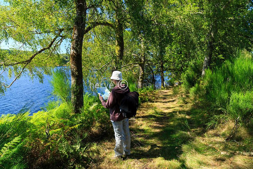 France, Creuse (23) et Haute-Vienne (87), Beaumont-du-Lac, le lac de Vassivière, île de Vassivière, sentier de littoral // France, Creuse, Vassiviere lake, Beaumont du Lac, Vassiviere island, path around the island