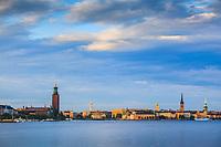 Varm kvällssol över Riddarholmen i Stockholm
