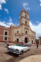 Cuba, Oldtimer bei der Kirche la Merced in Camagüey, Unesco-Weltkulturerbe