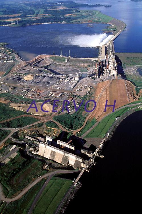 Vista aérea da usina hidrelétrica de Tucuruí, barragem no rio Tocantins controlada pela Eletronorte, que fornece energia para os estados do Pará, Maranhão e Tocantins.<br />Tucuruí - Pará - Brasil<br />26/04/2002<br />©Foto: Paulo Santos/Interfoto<br />Cromo Cor 135 Tucuruí  P 15 A4