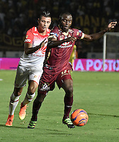 IBAGUÉ -COLOMBIA, 14-12-2016. Luis Paz (Der) jugador de Deportes Tolima disputa el balón con Juan Daniel Roa (Izq) jugador del Independiente Santa Fe durante partido de ida por la final de la Liga Aguila II 2016 jugado en el estadio Manuel Murillo Toro de la ciudad de Ibagué./ Luis Paz (R) player of  Deportes Tolima vies for the ball with Juan Daniel Roa (L) player of Independiente Santa Fe during first leg match for the final of the Aguila League II 2016 played at Manuel Murillo Toro stadium in Ibague city. Photo: VizzorImage/ Gabriel Aponte / Staff