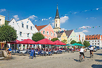 Deutschland, Bayern, Niederbayern, Naturpark Altmuehltal, Kelheim: Ludwigsplatz im Stadtzentrum und Stadtpfarrkirche Mariae Himmelfahrt | Germany, Lower Bavaria, Nature Park Altmuehltal, Kelheim: Ludwig Square in town centre and parish church Mary Ascension
