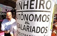 CARAPICUIBA, SP, 08.05.2014 - GOVERNADOR GERALDO ALCKMIN CAMINHA CUMPRIMENTADO ELEITORES EM CARAPICUIBA - O governador do Estado de São Paulo Geraldo Alckmin, inaugurou nesta manhã de quinta feira (08) em Carapicuiba na Grande São Paulo, os serviços de Bom Prato e Acessa São Paulo que dá direito de pessoas a acessarem a internet gratuitamente, logo após fez caminhada no Calçadão no centro da Cidade de Carapicuiba cumprimentando eleitores.- (Foto: Aloisio Mauricio / Brazil Photo Press)