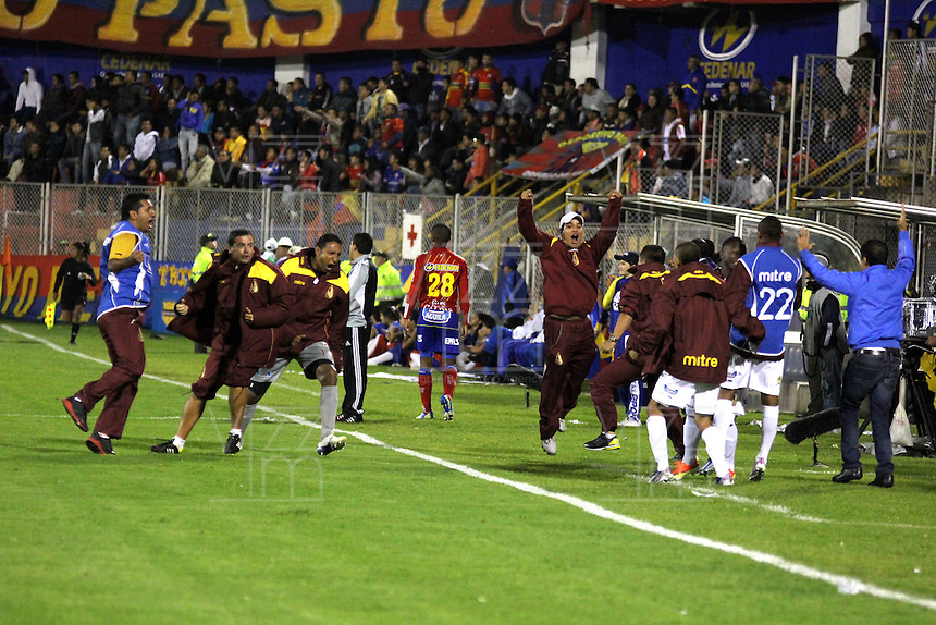 PASTO - COLOMBIA - 03-07-2013: Jugadores del Deportes Tolima celebran el gol anotado durante el partido en el estadio Libertad de la ciudad de Pasto, julio 3 de 2013. Deportivo Pasto y Deportes Tolima durante partido por la quinta fecha de las semifinales de la Liga Postobon I. (Foto: VizzorImage / Leonardo Castro / Str).  The Players of Deportes Tolima celebrate a goal scored during a game in the Libertad Stadium in Pasto city, June 30, 2013. Deportivo Pasto y Deportes Tolima in a match for the fifth round of the semifinals of the Postobon I League. (Photo: VizzorImage / Leonardo Castro / Str).