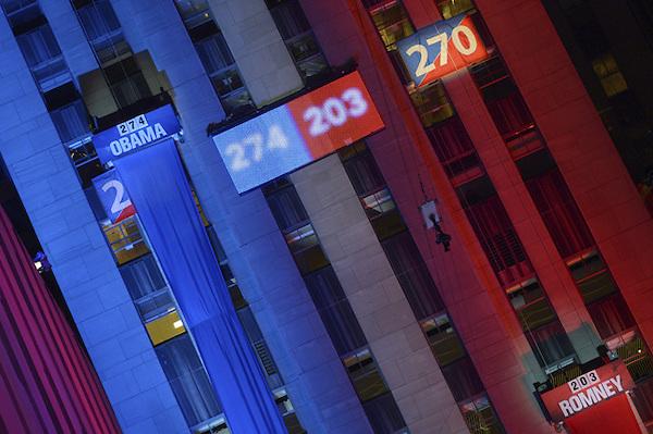 BER605 NUEVA YORK (ESTADOS UNIDOS) 07/11/2012.- Pantallas gigantes muestran los resultados electorales en Rockefeller Centre en Nueva York (Estados Unidos) hoy, miércoles 7 de noviembre de 2012. Obama, de 51 años, fue pronunciado ganador frente a su rival republicano, Mitt Romney, a las 23:20 hora local (04.20 GMT del miércoles) por las principales cadenas de televisión, aún cuando algunas contiendas, como en Florida, no se habían definido. EFE/Rainer Jensen