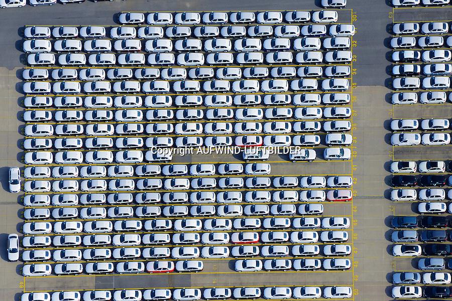 Auto Verladung Hamburg : EUROPA, DEUTSCHLAND, HAMBURG (EUROPE, GERMANY), 28.09.2014: Neuwagen der Firma AUDI warten auf den Transport in alle Welt am Uni Kai im Hamburger Hafen