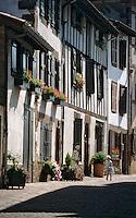 Europe/France/Aquitaine/64/Pyrénées-Atlantiques/Saint-Jean-Pied-de-Port: Rue de la Citadelle et maisons basques
