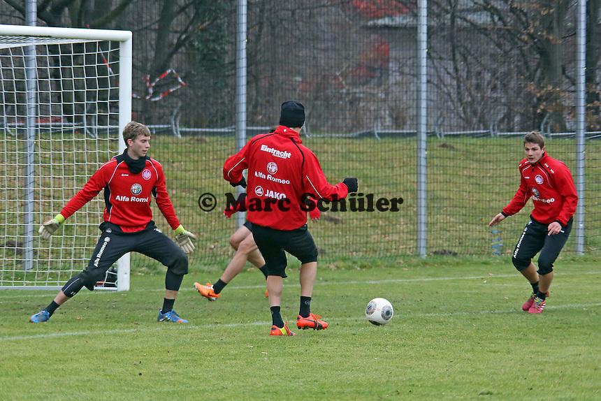 Alex Meier legt ab auf Pirmin Schwegler (Eintracht)