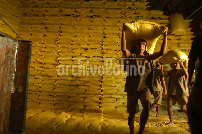 Un obrero carga una bolsa de harina de soja en la planta industrial de aceite Fino, a 15 millas al norte de Santa Cruz de la Sierra en la región oriental de Bolivia.  +economia, trabajador, comercio, industria, empresa, fabrica *A worker carries a bag of soybean flour in the industrial plant of Fino Oil Industries 15 miles North of Santa Cruz de la Sierra, in Eastern Bolivia. +economy, industry, production, trade  *Un ouvrier porte un sac de farine de soja dans l'entreprise industrielle Fino qui produit de l'huile, située à 30 kilomètres au nord de Santa Cruz de la Sierra, à l'est de la Bolivie. +économie, industrie, production, exportation, travail, commerce
