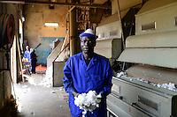 BURKINA FASO , Bobo Dioulasso, Société Burkinabè des Fibres Textiles SOFITEX cotton ginning company unit Bobo I, processing of conventional and gene manipulated Monsanto BT cotton, ginning machine / SOFITEX, Fabrik fuer Baumwollentkernung Werk Bobo I, Verarbeitung von konventioneller und genmanipulierter Monsanto Baumwolle, Entkernungsmaschinen