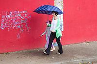SÃO PAULO, SP, 04.05.04.2015 - CLIMA TEMPO SÃO PAULO - Pedestre é visto com guarda-chuva sob garoa fina próximo à Avenida Corifeu de Azevedo Marques na região oeste de São Paulo, nesta segunda-feira, 04. Dados das estações meteorológicas automáticas do CGE aferem a média de 21°C. A máxima prevista para hoje é de 24°C. Durante o dia os percentuais de umidade relativa do ar devem variar entre 50% e 95%. O dia terá predomínio de nuvens. (Foto: Kevin David / Brazil Photo Press).