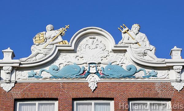 Hoorn. Zeventiende-eeuwse gevel met Poseidon ( Neptunus ) en Amhytrite. In het verleden hebben veel mensen in Hoorn geleefd van de zeevaart. De decoraties op de gevels verwijzen daarnaar.