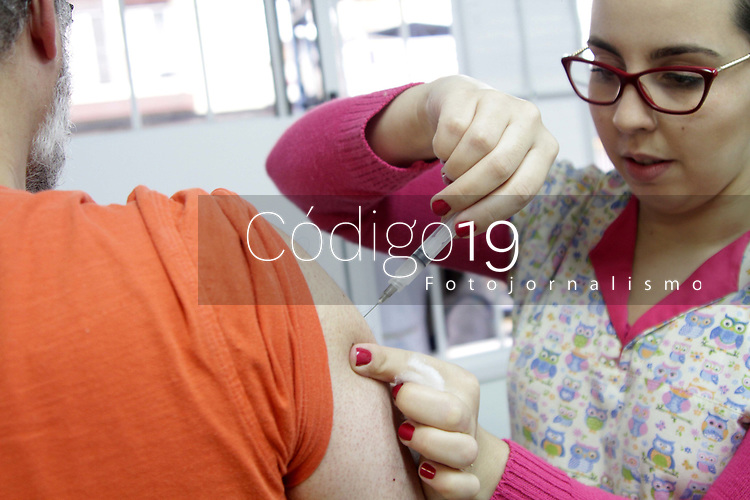 """CAMPINAS, SP 04.08.2018-SAUDE/VACINACAO- A campanha de vacinação contra o sarampo e a paralisia infantil (poliomielite) começa neste sábado (4) no estado de São Paulo e vai até 31 de agosto. A mobilização começa com um """"Dia D"""" extra de vacinação. As Unidades Básicas de Saúde (UBSs), que abrem de segunda a sexta-feira, estarão abertas neste sábado. Crianças e adultos se vacinam na CS do centro da cidade de Campinas, interior de São Paulo. (Foto: Denny Cesare/Codigo19)"""