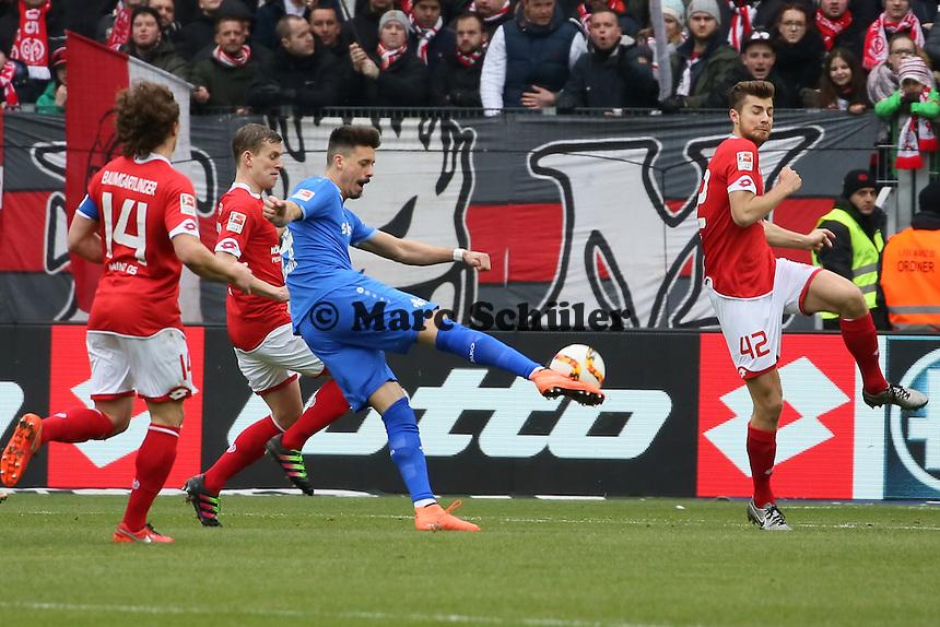 Sandro Wagner (Darmstadt) zieht ab gegen Alexander Hack (Mainz) - 1. FSV Mainz 05 vs. SV Darmstadt 98, Coface Arena