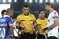 BOGOTA - COLOMBIA- 03-04-2013: Saul Laverni (Cent.) arbitro, durante sorteo con los capitanes Mayer Candelo (izq.) de Millonarios de Colombia y Paulo Andre (Der.) de Corinthians de Brasil en partido por la Copa Bridgestone Libertadores en el Estadio Nemesio Camacho El Campin de Bogotá, abril 3 de 2013. (Foto: VizzorImage / Luis Ramírez / Staff). Saul Laverni (C) referee, during the draw with the captains Mayer Candelo (L) of Millonarios from Colombia and Paulo Andre (R) of Corinthians from Brazil in match for the Copa Bridgestone Libertadores at the Estadio Nemesio Camacho El Campin in Bogota, April 3, 2013. (Photo: VizzorImage / Luis Ramirez/ Staff).