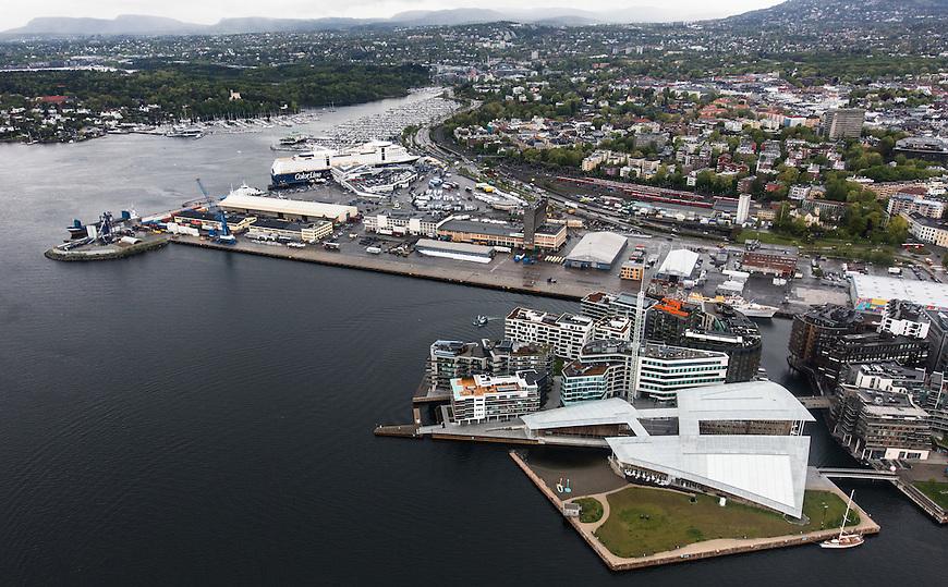 Oslo fra lufta, 20150519. Aker brygge, Tjuvholmen og Filipstadkaia. Astrup Fearnley - museet. Foto: Eirik Helland Urke.
