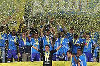 BOGOTÁ- COLOMBIA, 17-12-2017:Andrés Cadavid jugador y capitan  de Millonarios  alza  el trofeo junto con sus compañeros que los acredita como campeones de la Liga Aguila II 2017 al vencer al Independiente Sant Fe en partido por la final vuelta de la Liga Aguila 2017  entre Independiente Santa Fe y Millonarios , jugado en el estadio Nemesio Camacho El Campín de la ciudad de Bogotá. / Andres Cadavid player and captain of Millonarios lifts the trophy that accredits them as champions of the Aguila II 2017 League by beating Independiente Santa Fe in a match for the final round of the 2017 Aguila League II between Independiente Santa Fe and Millonarios, played at the Nemesio stadium Camacho El Campín of the city of Bogotá: Vizzorimage / Felipe Caicedo / Staff