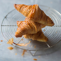 Europe/France/Ile-de-France/75/Paris: Croissants au beurre de Frédéric Lalos, Meilleur  Ouvrier de France  - Stylisme : Valérie LHOMME // Europe/France/Ile-de-France/75/Paris: French Butter Croissants