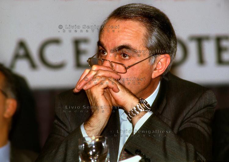 Roma 1993.Giuliano Amato alla riunione del PSI che sancisce la fine dell'era craxiana..Foto Livio Senigalliesi.