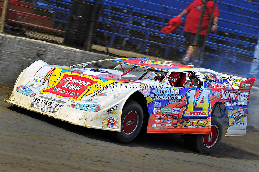 Feb 06, 2010; 12:27:18 PM; Gibsonton, FL., USA; The Lucas Oil Dirt Late Model Racing Series running The 34th Annual Dart WinterNationals at East Bay Raceway Park.  Mandatory Credit: (thesportswire.net)