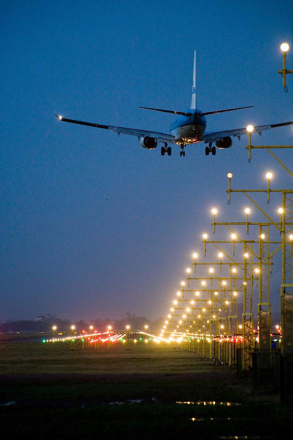 Nederland, Schiphol, 22 dec 2008.Landend vliegtuig op Schiphol...Foto (c) Michiel Wijnbergh..
