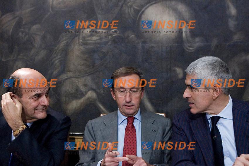 PRESENTAZIONE DEL LIBRO IL POTERE IN ITALIA ALLA CAMERA DEI DEPUTATI..NELLA FOTO PIER LUIGI BERSANI  GIANFRANCO FINI E PIER FERDINANDO CASINI..ROMA 17 NOVEMBRE  2011..PHOTO  INSIDEFOTO............................