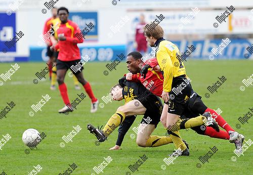 2011-02-27 / Seizoen 2010-2011 / Voetbal / Royal Kapellen Football Club - K Olsa Brakel / Oduro Kwakye stuit op de verdedigers van Brakel..Foto: mpics