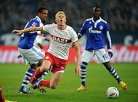 FUSSBALL   1. BUNDESLIGA   SAISON 2011/2012   18. SPIELTAG FC Schalke 04 - VfB Stuttgart            21.01.2012 Pavel POGREBNYAK (vorn, Stuttgart) gegen Joel Matip (li) und Chinedu Obasi (re, beide FC Schalke 04)