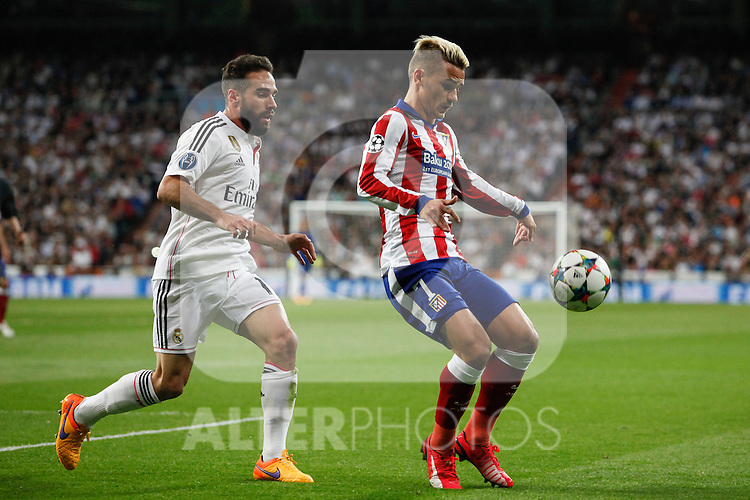 Real Madrid's Daniel Carvajal (L) and Atletico del Madrid´s Griezmann during quarterfinal second leg Champions League soccer match at Santiago Bernabeu stadium in Madrid, Spain. April 22, 2015. (ALTERPHOTOS/Victor Blanco)