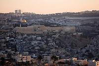 Asie/Israël/Judée/Jérusalem: la vieille ville vue depuis le Mont des Oliviers à l'Aube