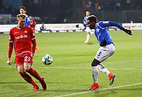 Joevin Jones (SV Darmstadt 98) scheitert an Jan-Ingwer Callesen-Bracker (1. FC Kaiserslautern) - 21.02.2018: SV Darmstadt 98 vs. 1. FC Kaiserslautern, Stadion am Boellenfalltor, 2. Bundesliga