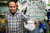 Nederland, Utrecht, 26 april 2014<br /> Koningsdag. Vrijmarkt in het centrum van Utrecht. Marokkanen schenken verse muntthee op de vrijmarkt. Reagerend op het 'minder, minder, minder' van Geert Wilders, pvv, vragen zij 'willen jullie meer of minder marokkaanse thee?' Ze deden goede zaken.<br /> Foto (c) Michiel Wijnbergh