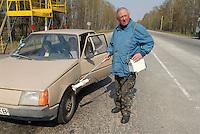 - 20 years from the nuclear incident of Chernobyl, radioactivity control on  vehicles that exit from limited access contaminated area of 30 kilometers around the place of catastrophe ..- 20 anni dall'incidente nucleare di Chernobyl, controllo della radioattività sui veicoli che escono dalla zona contaminata ad accesso limitato di 30 chilometri intorno al luogo della catastrofe