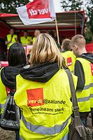 """Streik beim Moderversandhaendler Zalando in Brieselang und Kundgebung vor der Modemesse """"Bread & Butter"""" in Berlin.<br /> Die Dienstleistungsgewerkschaft ver.di rief am Freitag den 1. September 2017 die Beschaeftigten des Zalando-Standort Brieselang zu einem ganztaegigen Streik auf. Eine Streikdelegation ist von Brieselang nach Berlin gekommen um dort vor der Modemesse """"Bread & Butter"""" fuer eine Standortgarantie, die Anerkennung der Tarifvertraege fuer den Einzel- und Versandhandel Brandenburgs und einen Verzicht auf sachgrundlose Befristungen zu demonstrieren. Die Modemesse wird in diesem Jahr von Zalando organisiert.<br /> Zalando beschaeftigt in Deutschland 11.000 Arbeitnehmer, davon ca. 5.500 in der Region Berlin und 1.250 im Lager Brieselang. Der Anteil der befristet Beschaeftigten betraegt nach Angaben von ver.di ungefaehr ein Drittel. Daneben sind noch zahlreiche Leiharbeitnehmer dauerhaft eingesetzt.<br /> 1.9.2017, Berlin<br /> Copyright: Christian-Ditsch.de<br /> [Inhaltsveraendernde Manipulation des Fotos nur nach ausdruecklicher Genehmigung des Fotografen. Vereinbarungen ueber Abtretung von Persoenlichkeitsrechten/Model Release der abgebildeten Person/Personen liegen nicht vor. NO MODEL RELEASE! Nur fuer Redaktionelle Zwecke. Don't publish without copyright Christian-Ditsch.de, Veroeffentlichung nur mit Fotografennennung, sowie gegen Honorar, MwSt. und Beleg. Konto: I N G - D i B a, IBAN DE58500105175400192269, BIC INGDDEFFXXX, Kontakt: post@christian-ditsch.de<br /> Bei der Bearbeitung der Dateiinformationen darf die Urheberkennzeichnung in den EXIF- und  IPTC-Daten nicht entfernt werden, diese sind in digitalen Medien nach §95c UrhG rechtlich geschuetzt. Der Urhebervermerk wird gemaess §13 UrhG verlangt.]"""