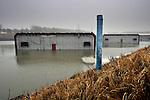 BARENDRECHT - In Barendrecht is bouwcombinatie Coentunnel Company begonnen met het onder water zetten van het bouwdok waarin de vier betonnen tunnelementen voor de Tweede Coentunnel liggen. De betonnen bakken zijn voorzien van kopschotten om lekkage te voorkomen, en moeten uiteindelijk gaan drijven, waarna ze half maart naar Amsterdam versleept worden, om begin mei te worden afgezonken. De Tweede Coentunnel wordt gebouwd in opdracht van Rijkswaterstaat en heeft, samen met de bouwvan de nieuwe Westrandweg (A5)tot doel de Noordelijke Randstad beter bereikbaar te maken en het Westelijk havengebied van Amsterdam beter te ontsluiten. Om het drijven van de loodzware betonbakken in de hand te houden, zijn alle tunnelelementen voorzien van inpandige zwembaden waarin water kan worden bijgepompt of worden weggepompt. De bakken zullen met hulp van sleep- en duwboten naar zee worden versleept waarna ze via de Noordersluis in IJmuiden weer aan land komen en Amsterdam bereiken. COPYRIGHT TON BORSBOOM