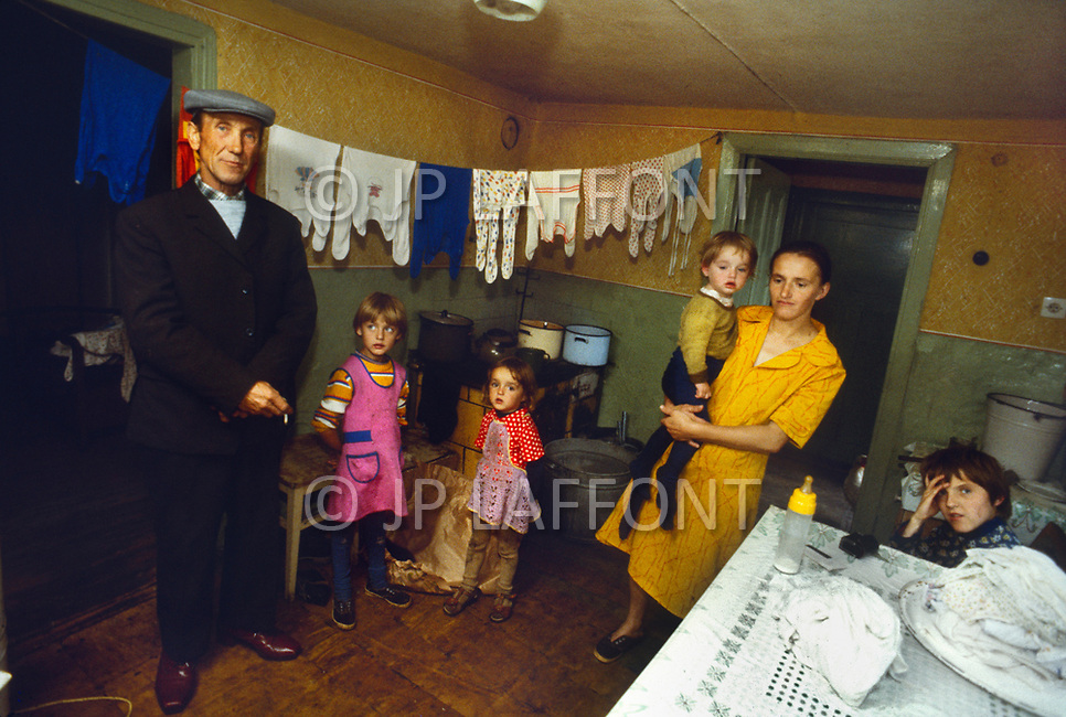Poland, September, 1981 - A poor family with four children at their home in Torun area.<br /> Pologne, septembre 1981 &ndash; Une famille pauvre de 4 personnes chez eux dans la r&eacute;gion de Torun.